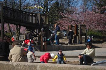 Eltern und Kinder auf dem Spielplatz