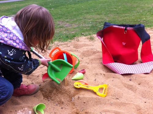 Sandspielzeugtasche im Einsatz