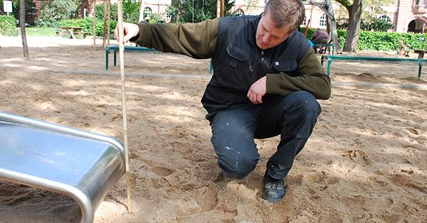 Liegt am Ende der Rutsche noch genügend Sand als Fallschutz? 40 Zentimeter müssen es sein. Foto: Schilling