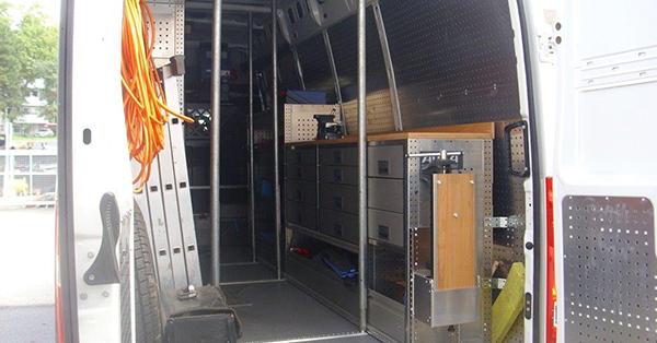 Mit diesem voll ausgestatteten Werkstattwagen sind die Prüfer unterwegs, um Reparaturen gleich vor Ort durchzuführen. Foto: Stadt Köln