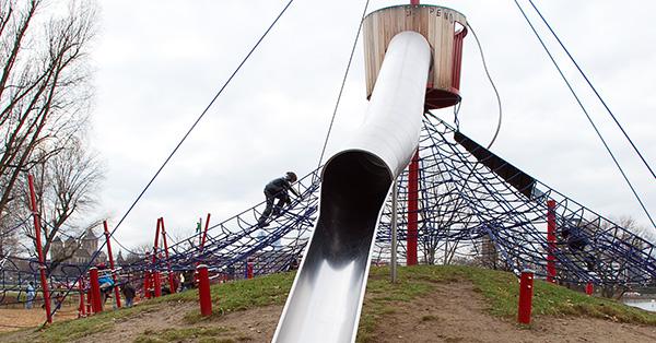 Auf die Röhrenrutsche im Rheinpark Spielplatz gelangt man nur über die Kletterspinne. Foto: Schilling