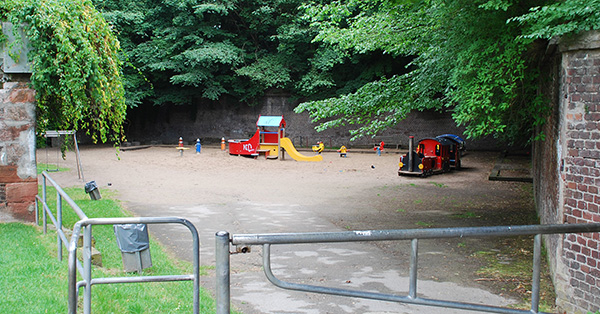 Dieser Spielplatz am Fort X in Köln mag für ältere Kinder langweilig sein, jüngere Kinder finden hier genau das Angebot, was sie brauchen und Eltern sind glücklich, dass alles so schön übersichtlich ist. Foto: Spielplatztreff