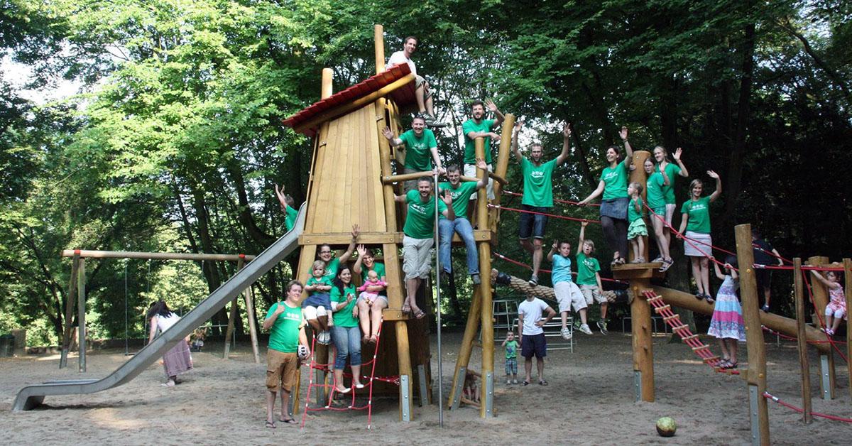 Die Freude über den nächsten erreichten Zwischenschritt - wie hier ein neues Klettergerät - ist riesig. Foto: Blücher-Spielplatz-Projekt