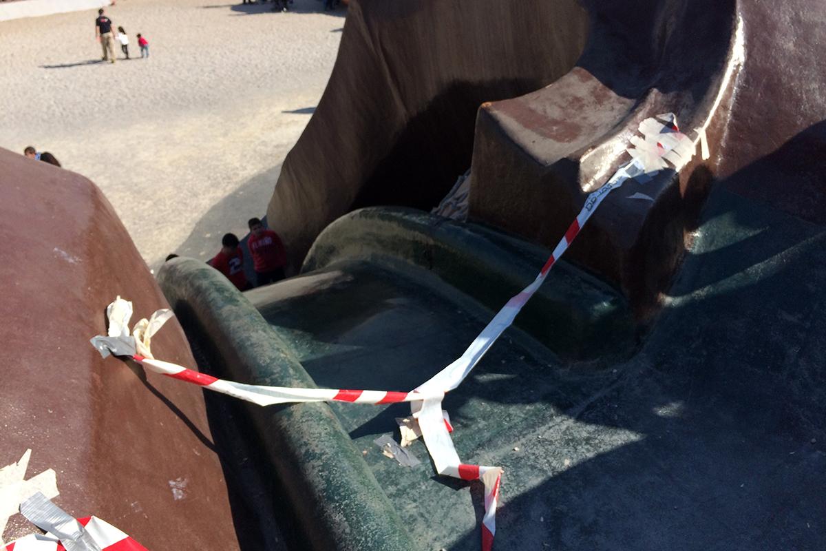 Eine Rutsche ist mit rot-weißem Flatterband abgesperrt. Foto: Schilling