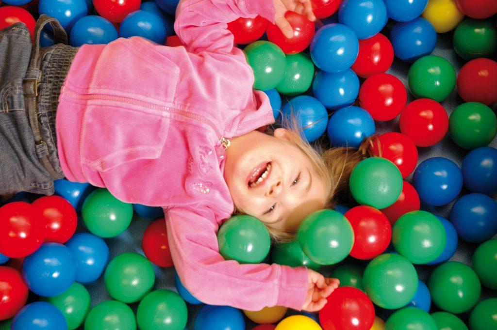 lachendes Kind im Bällebald im Indoorspielplatz rabatzz! in Hamburg