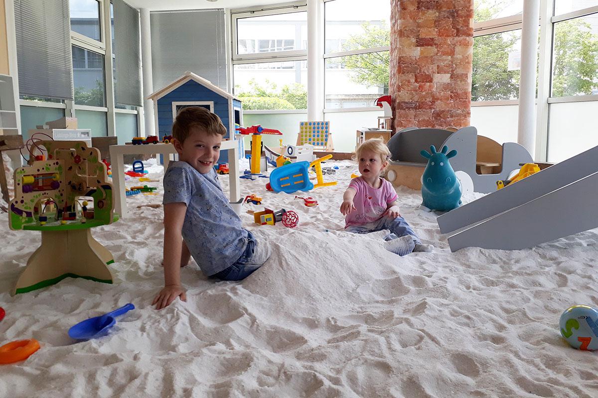 Kinder spielen im Salzsand