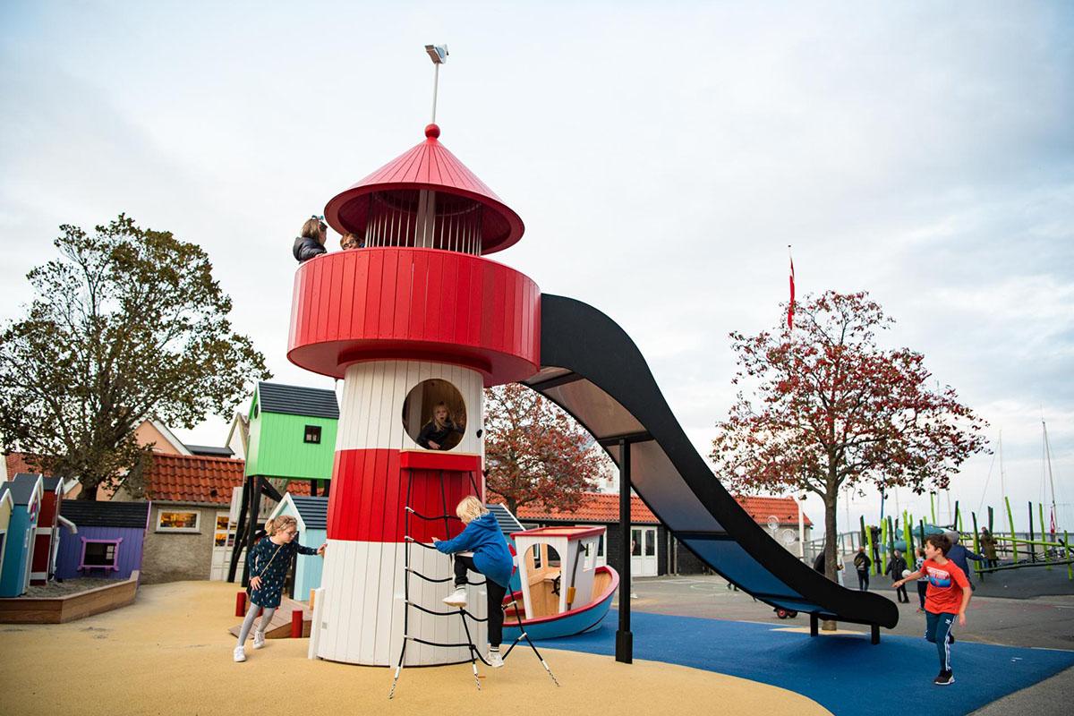 Monstrum Spielplatz mit Leuchtturm