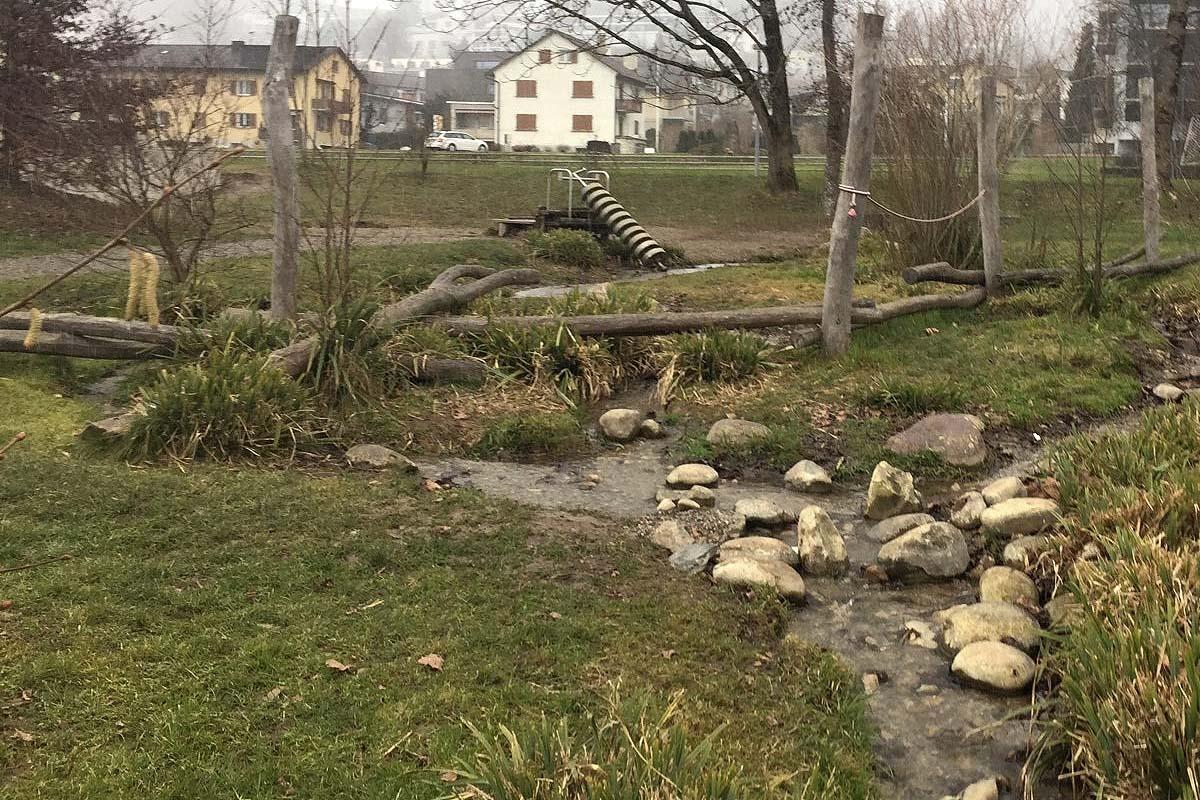 Naturnaher Spielplatz mit Bachlauf