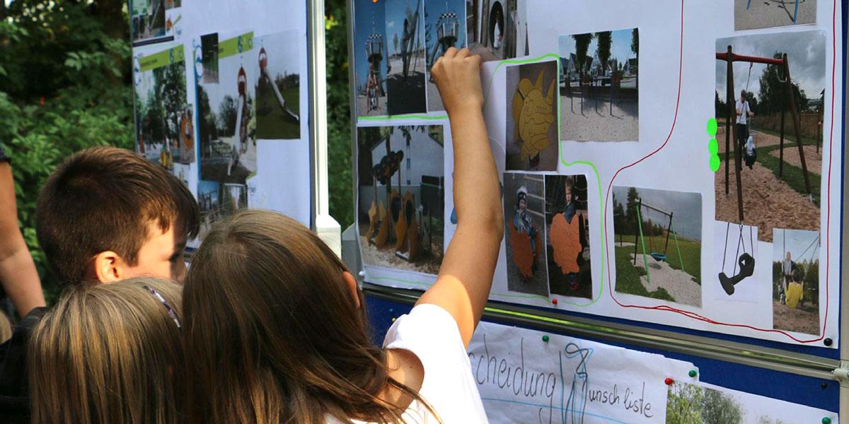 Kinder planen einen Spielplatz