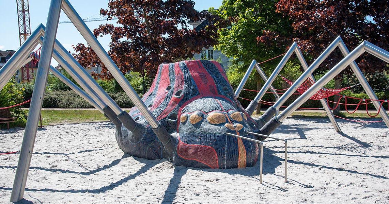 Riesenspinne aus Mosaik und Stahl als Spielgerät
