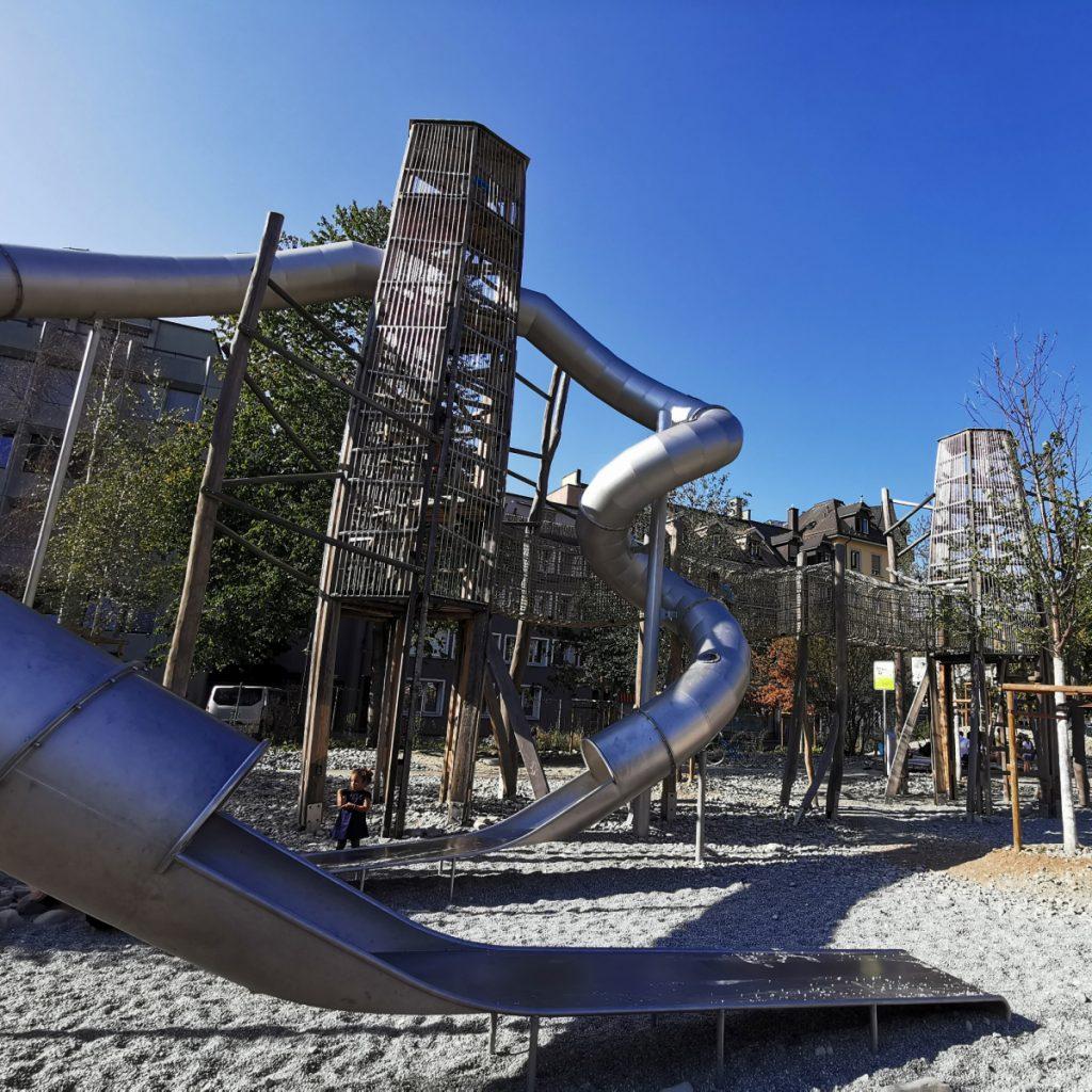 Spielplatz in Zürich mit großer Rutsche