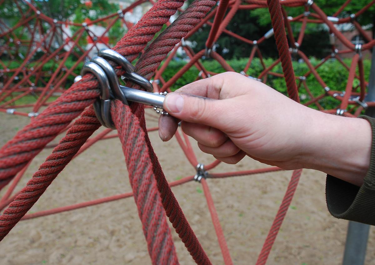 Spielplatzprüfung: Fingerfangstellen Kletternetz