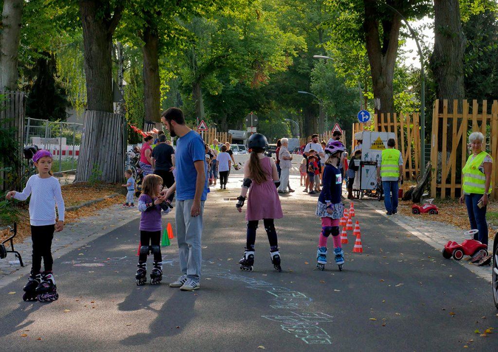 Kinder fahren Inliner auf der Spielstraße