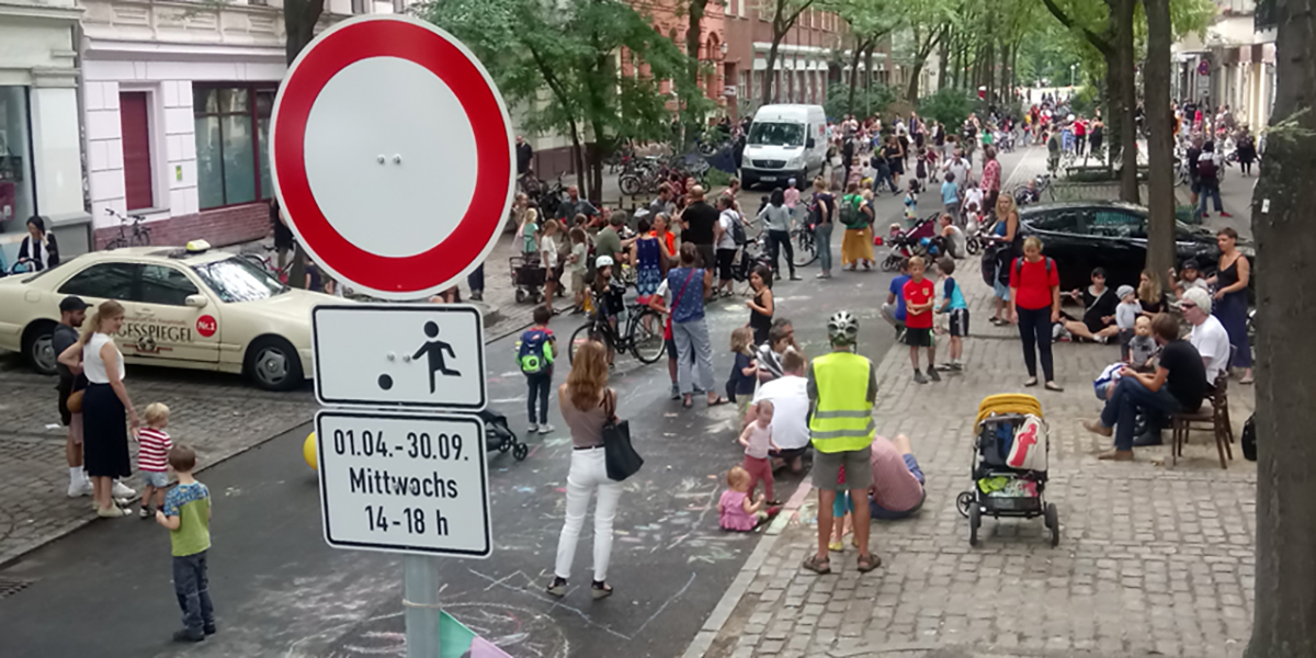 Spielstraße voller Kinder
