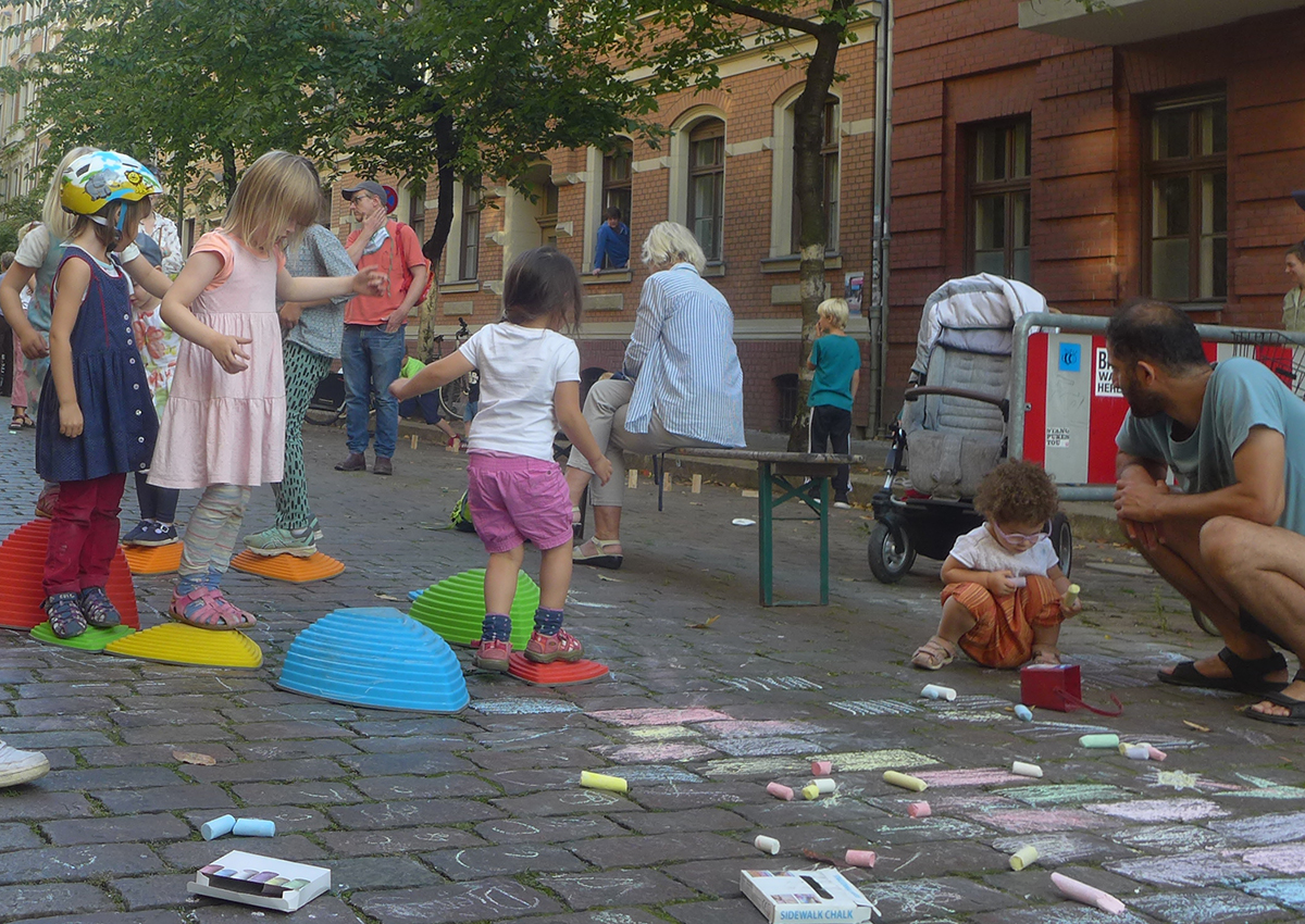 Kinder spielen auf der Temporären Spielstraße in Berlin Pankow