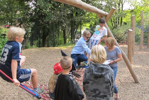Die Spielplatzpaten besprechen sich mit Beate Zimmer auf dem Spielplatz. Foto: Spielplatzpaten