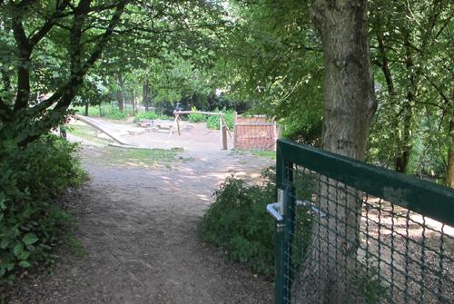 Durch ein Tor können die Schulkinder zum Spielplatz, Quelle: Spielplatzpaten