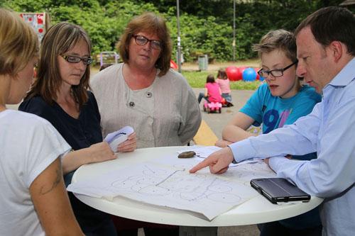 Spielplatzfest Unterkirchen Eltern und Jugendliche diskutieren über den Spielplatz