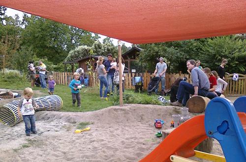 Eltern kommen im Biberbau miteinander ins Gespräch. Foto: Biberbau