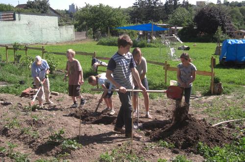 Gemeinsame Gartenarbeit im Biberbau macht Spaß! Foto: Biberbau