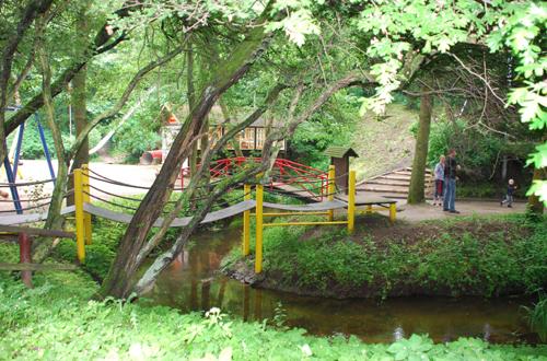 """Für viele schon zu """"gefährlich"""" - ein natürlicher Flusslauf wurde in den Spielplatz integriert. Foto: Spielplatztreff-User: """"himmelblau"""""""
