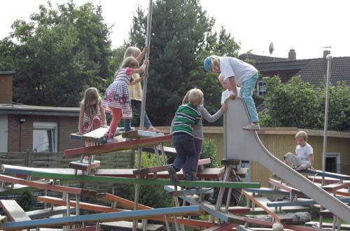 Kinder erobern begeistert das neue Klettergerät. Foto: Stadt Celle