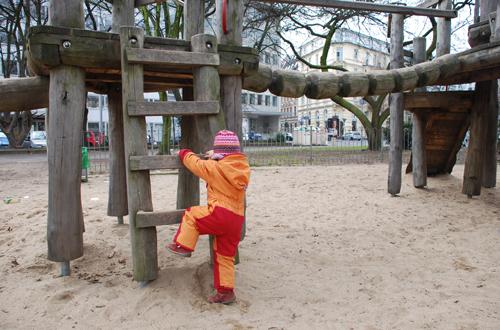 Die unterste Sprosse ist zu hoch und kann von diesem 2 1/2 jährigen Mädchen nicht erreicht werden. Foto: Schilling