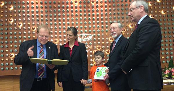 Prof. Dr. Rolle, Vorsitzender des Landesjugendhilfeausschusses (links), Nicola Hengst-Gohlke, Jan, und Bürgermeister von Mettmann Bernd Günther. Foto: Schilling