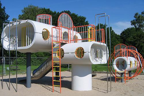Sanierte Spielskulptur am Schillerteich in Wolfsburg nach Wiedereröffnung 2010. Die ursprüngliche Farbgebung aus den 70er Jahren wurde wieder aufgegriffen.