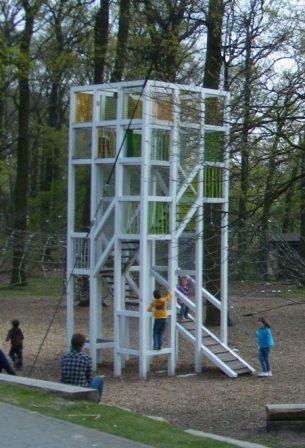 Originelle Kletteranlage auf dem Spielplatz Bodenlos im Allerpark in Wolfsburg. Foto: Stadt Wolfsburg