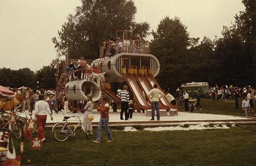 Spielskulptur am Tag der Einweihung 1979. Foto: Institut für Zeitgeschichte und Stadtpräsentation, Stadt Wolfsburg