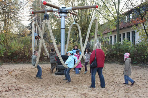 Lianen-Schaukel auf dem Piratenspielplatz im Schlosspark in Wolfsburg. Foto: Stadt Wolfsburg