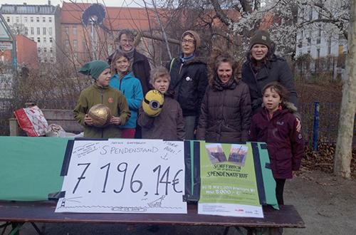 Constanze Siedenburg (rechts) präsentiert mit ihren Mitstreitern das tolle Spenden-Ergebnis. Foto: Siedenburg