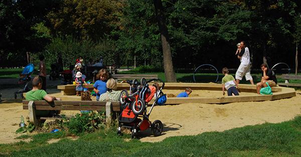 Eltern auf dem Spielplatz. Foto: Darijana Hahn