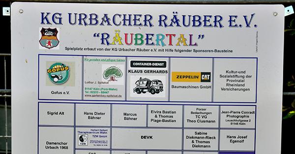Am Spielplatz-Zaun zeugt die Spenden-Tafel für die große Unterstützung des Projektes. Foto: Urbacher Räuber e.V.