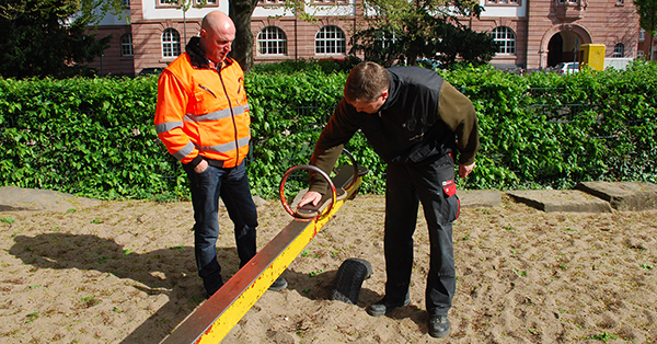 Die Oberflächen der Geräte werden auf Verschleiß geprüft. Foto: Schilling