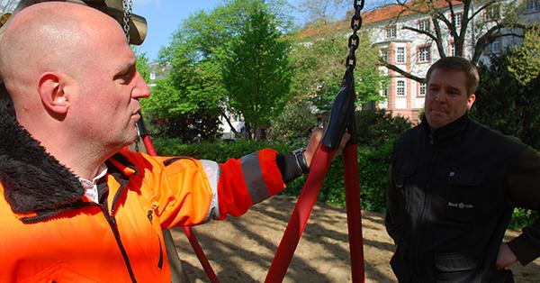 Die Gummikappen als Schutz für die Kettenglieder der Nestschaukel sind eine Eigenerfindung der Kölner Spielplatzprüfer. Foto: Schilling