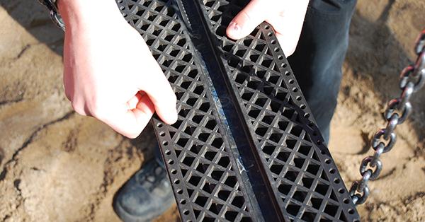 Auch die Gummiumrandungen von Schaukelsitzen werden kontrolliert. Foto: Schilling