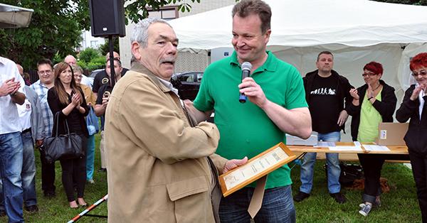 Thomas Diekmann dankt Baggerfahrer Rolf Foto: Urbacher Räuber e.V.