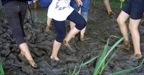 In diesem Schlammloch können die Besucher mit ihren nackten Füßen mal so richtig ausgiebig rummatschen. Foto: Lorenz Kerscher