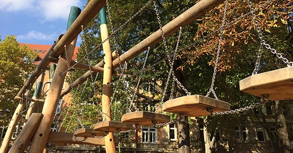 Vielseitiges Klettergerät auf dem Spielplatz Archivplatz in Karlsruhe