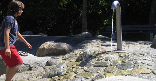 Auf dem Spielplatz im Weißenseepark steht jetzt eine besonders robuste Wasserspielanlage. Foto: Spiellandschaft Stadt e.V.