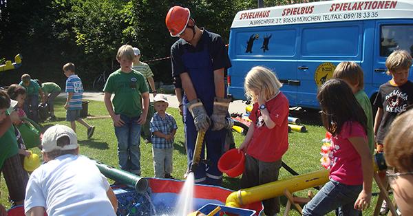 Mit der provisorischen Wasserbaustelle auf dem Spielplatz haben alle Kinder riesigen Spaß. Foto: Spiellandschaft Stadt e.V.