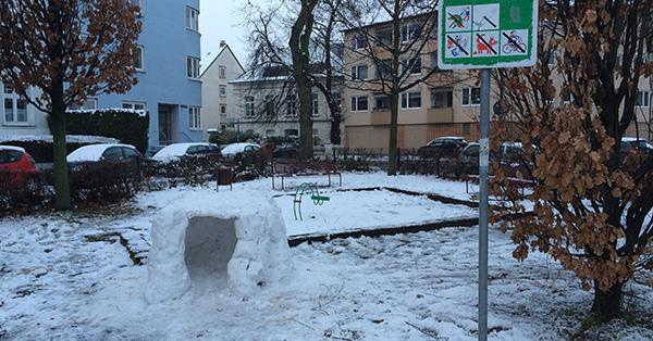 Kein Kind zu sehen, aber haben sie Spuren hinterlassen und hier kürzlich ein Iglu gebaut. Foto: Schilling