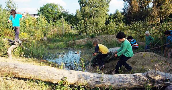 38a06bdcdbfb6a Kinder spielen in der Natur im Park am Gleisdreieck