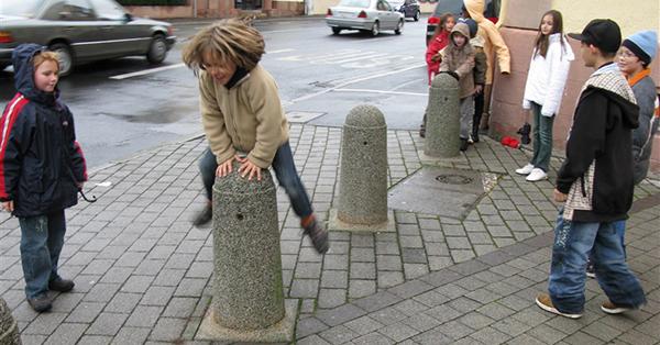 Auch Begrenzungspöller können für Kinder relevante Spielorte sein. Foto: KOBRA