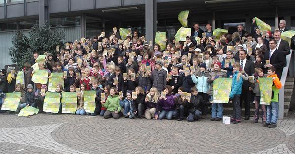 Die Kinder präsentieren stolz ihren selbst entwickelten Kinderstadtplan in Achern 2010, Foto: KOBRA