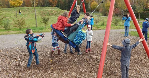 Auf dem Spielplatz haben die Kinder viel Spaß beim Schaukeln, wie hier beim Streifzug in Waldshut-Tiengen. Foto: KOBRA