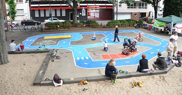 Spielstraßen sind oft nur auf Spielplätzen ein prima Spielort für Kinder. Foto: Ruth & Doro