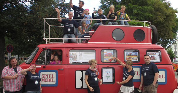 Das original feuerrote Spielmobil war der Hingucker beim Stadtteilfest in Bischofsheim im Sommer 2014. Foto: Förderverein Spielplätze Bischofsheim e.V.
